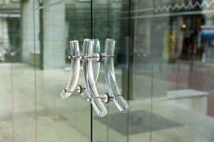 מומחה בתיקון דלת זכוכית